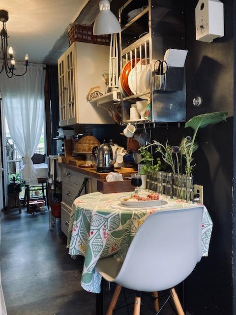 パリ風キッチンとアペロのあるテーブル