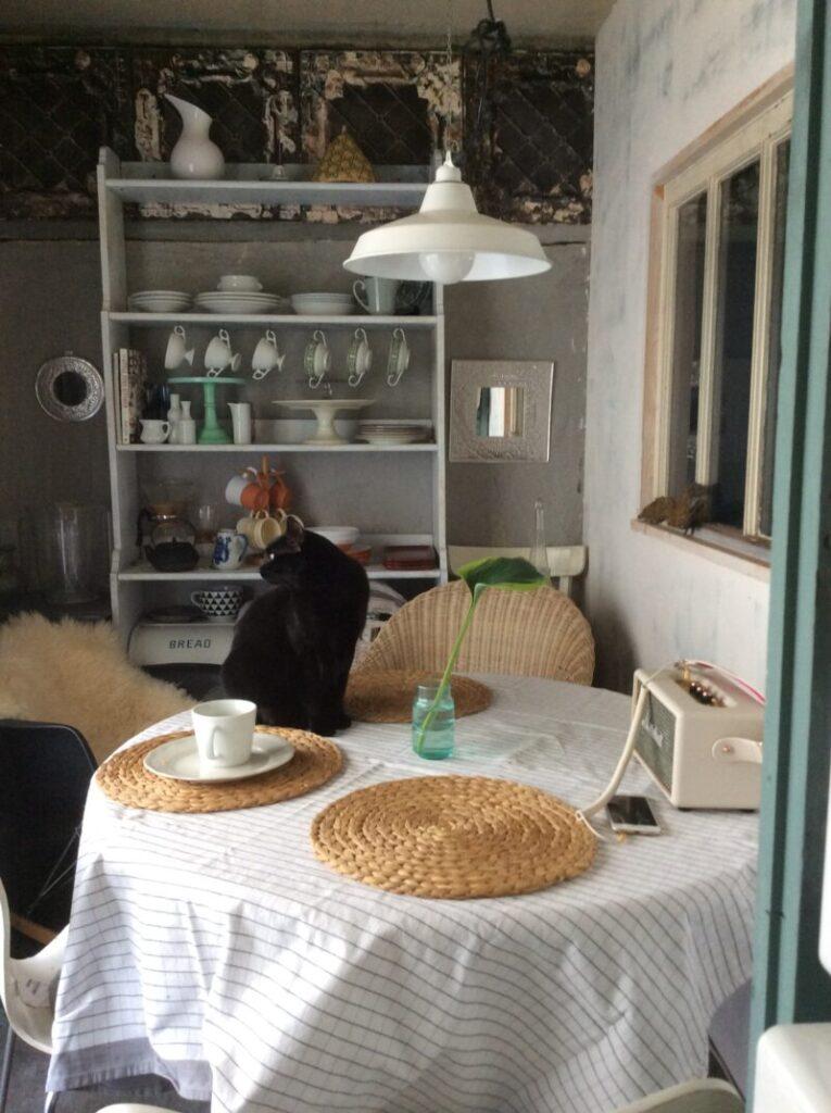 パリ風ダイニングの丸いテーブルと食器棚