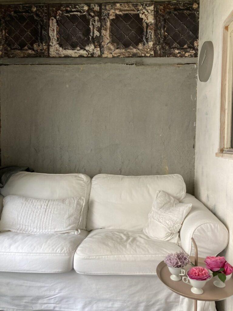 パリ風リビングの白いイケアのソファ