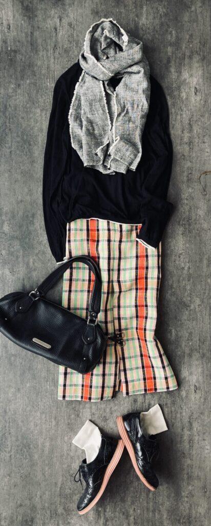 50代コーデ ユニクロの黒いセーターとZARAのチェックのスカート
